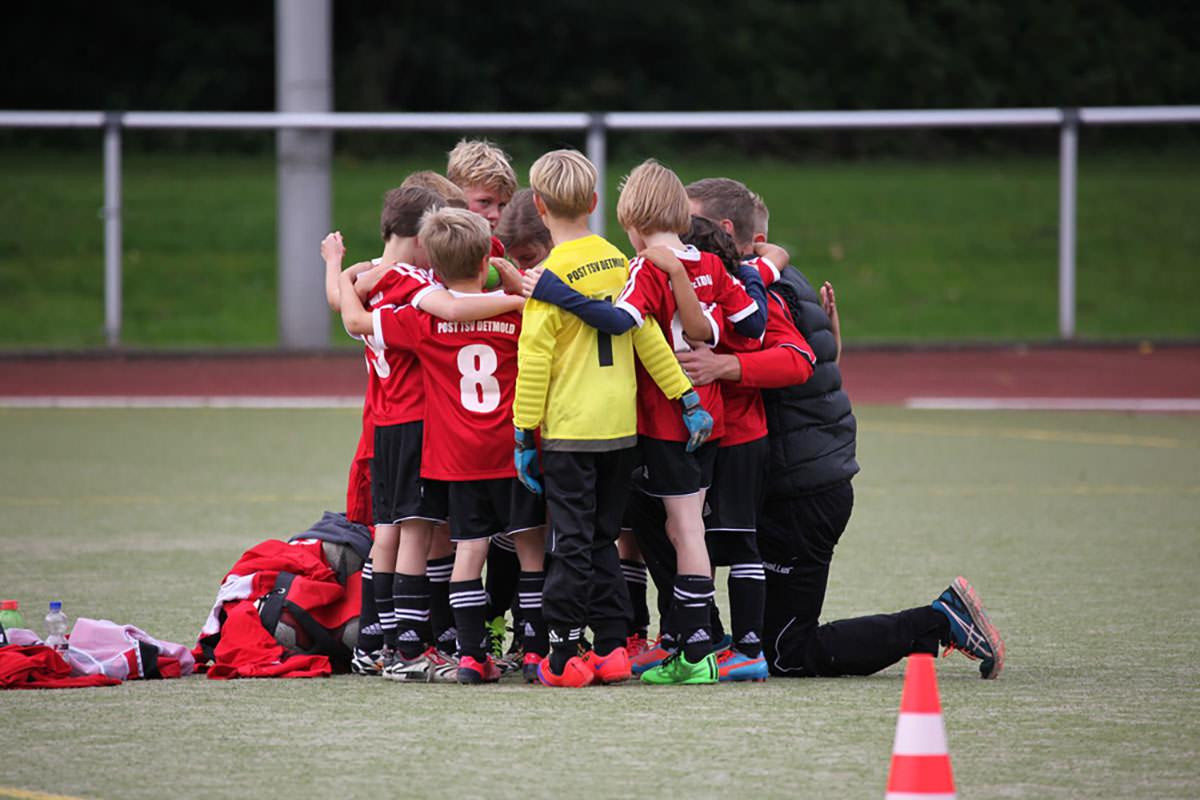 F1 POST TSV Detmold vs. Klüt Wahmbeck Nahaufnahme vom Spiel - Trainer und Mannschaft schwören sich ein