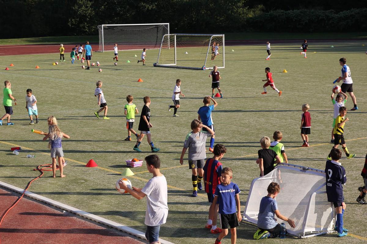 Jugendfußball in Detmold - Post TSV Detmold Montagstraining voller Sportplatz
