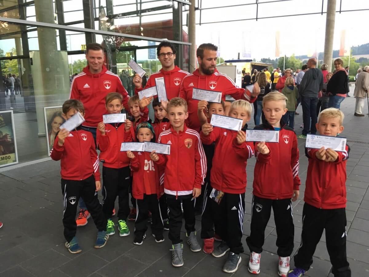 Post TSV Detmold zu Gast beim TBV - Kids beim Stegelmann Fotoshooting und Preisübergabe